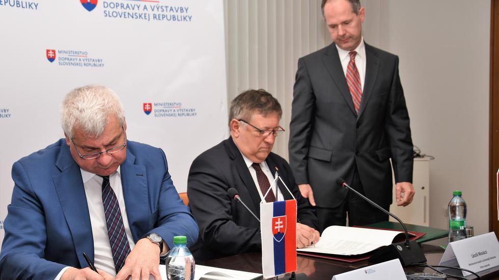 Minister dopravy Arpád Érsek a jeho maďarský kolega podpísali dohody o výstavbe mostov ponad rieky na spoločnej hranici