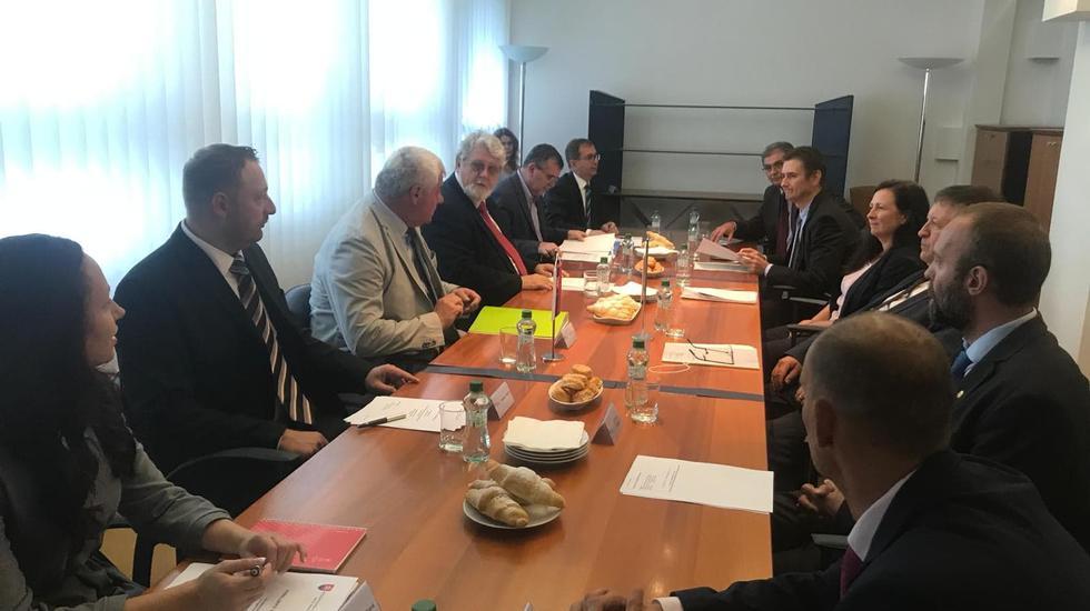 Minister dopravy Arpád Érsek rokoval s maďarským kolegom Lászlóom Mosóczim o rozvoji  cestnej a železničnej dopravy