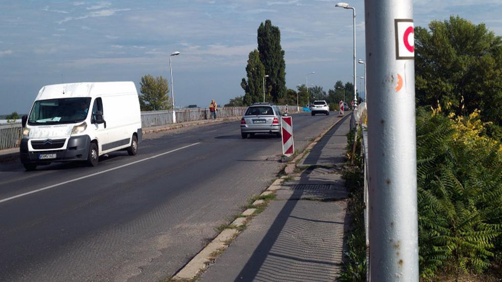 Začali sa práce na podopretí Vážskeho mosta, robí sa aj na ďalších cestách v Komárne