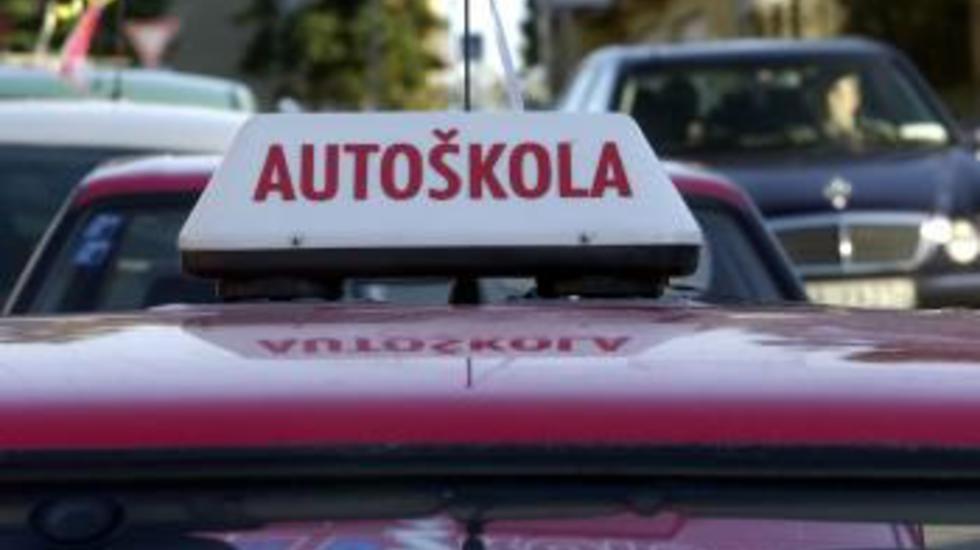 Rezort dopravy a NAKA začali kontroly v autoškolách